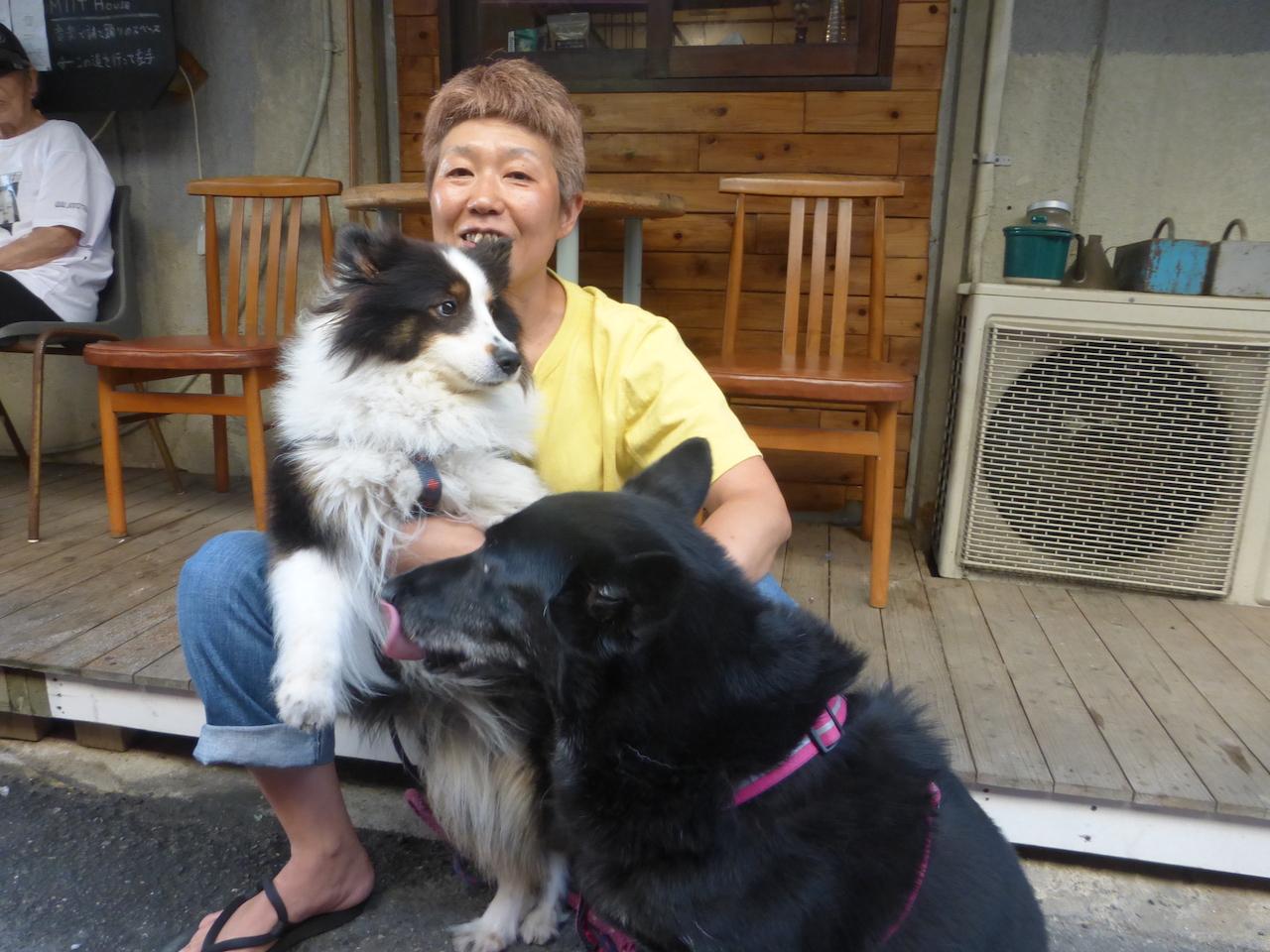 愛犬モモ(膝に乗っかっている)とジュン(舌でペロリ)と共に 1993