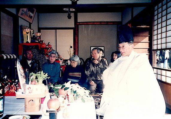 05らんぷの家に祭壇をつくり、神職さんを招いて雛まつり 1996年2月10日