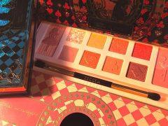 ZEESEA 大英博物館アリス・ドリームランドシリーズ アイシャドウパレット 左・02アリス 右上・01ハートの女王 中央のパレットと右下の紙箱・03桃色フラミンゴ(個人蔵)